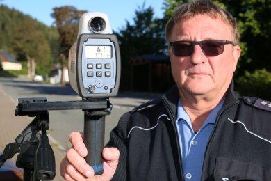 Bürgerpolizist Uwe Göppert zeigt den Spitzenwert: 61 km/h in der 30er-Zone vor der Grundschule Rittersgrün. Nur aufgrund der abgezogenen Toleranz von 3 km/h darf der Fahrer seinen Führerschein behalten.