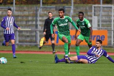 Dimitrij Nazarov (r.) versucht, dem Fürther Timothy Tillmann den Ball abzunehmen.