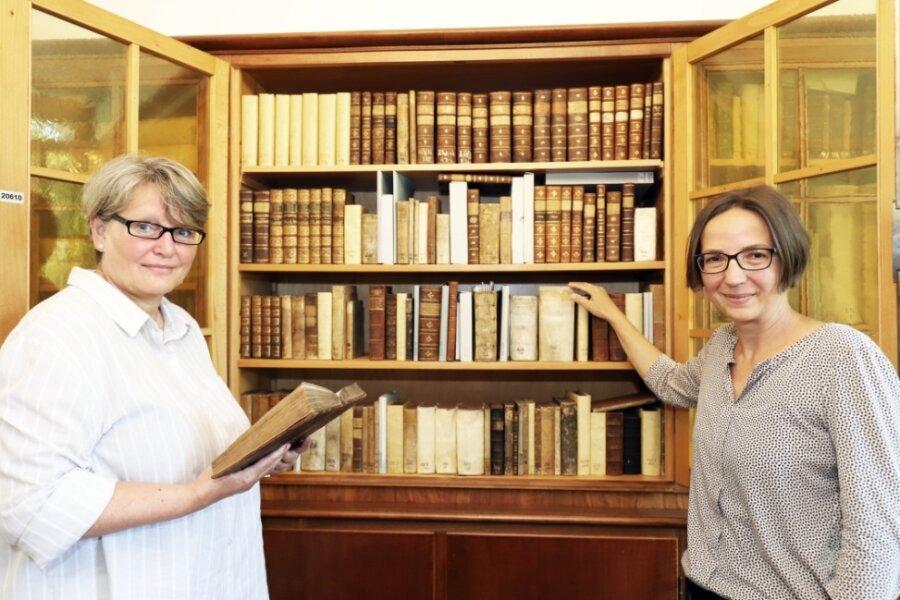Angela Kugler-Kießling (l.) und Susanne Kandler an einem Regal des wissenschaftlichen Altbestandes der Universitätsbibliothek.