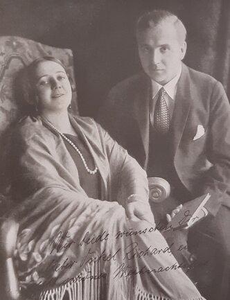 Im Studio Elzin New York entstand das Foto der Sängerin mit ihrem ersten Ehemann Albert Doman. In 2. Ehe war sie mit George Cehanovsky verheiratet.