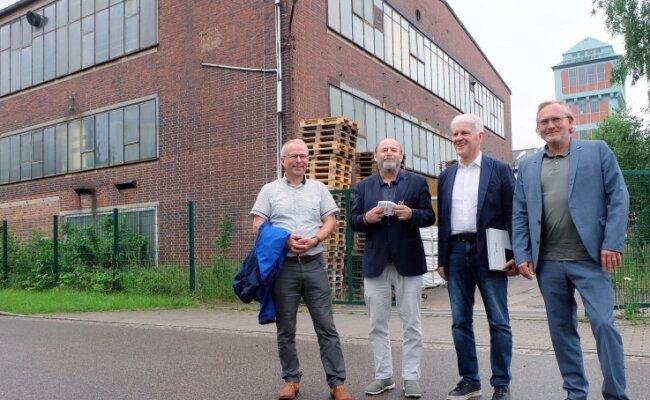 Bürgermeister Bernd Birkigt, Kurator Alexander Ochs, Galerist Wolfgang Häusler und Architekt Jens Zander (von links) am Gebäude 17. In dem einstigen Schachtgebäude hinter dem Bergbaumuseum soll ein Großkunstwerk des amerikanischen Künstlers James Turrell entstehen.