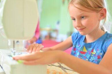 Anne-Sophie hat von einem Knuddelkraken über eine Tasche und eine Handyhülle bis zu Kissen jede Menge im Workshop gefertigt.