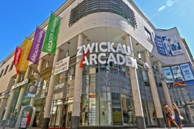 Die Arcaden, wie man sie heute kennt. Der Eingangsbereich an der Inneren Plauenschen Straße ist dem Vorgängerbau nachempfunden.