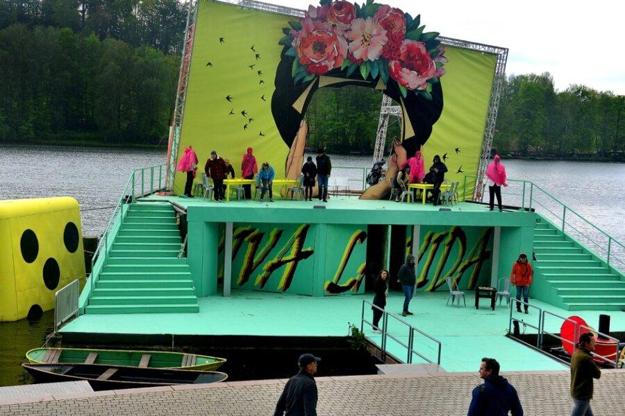 """Die Proben im fast fertigen Bühnenbild von """"Die Czárdásfürstin"""" auf der Seebühne der Talsperre Kriebstein laufen."""