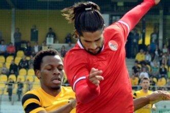 VfB-Neuzugang Korede Aiyegbusi wird hier vom Berliner Süleyman Kapan abgeschirmt.