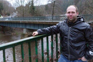 Nico Wollnitzke vor der Zschopau-Brücke in Witzschdorf. Die Auflage soll komplett erneuert werden.