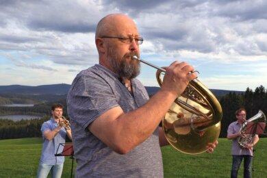 Die Bläser der Landeskirchlichen Gemeinschaft kamen am Montag auf der Viechzig in Hundshübel zusammen, um ein Video für den Online-Waldgottesdienst aufzuzeichnen. Am Freitag und nächste Woche folgen weitere Aufnahmen mit Musikern für Begrüßung und Verabschiedung.