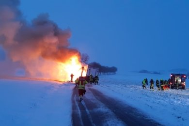 Lichterloh brannte am Dienstagmorgen ein Lastkraftwagen auf der Straße zwischen Zethau und Voigtsdorf.
