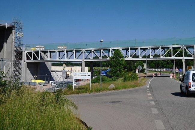 Wer die Amtmannstraße zwischen Oberlichtenau und Garnsdorf entlangfährt, passiert eine Brücke, die jetzt zwei Verpackungshersteller miteinander verbindet. Das dortige Gewerbegebiet wird erweitert. Die Betriebe Wellpappe und Display der Schiettinger-Gruppe bauen neue Hallen und Lager.