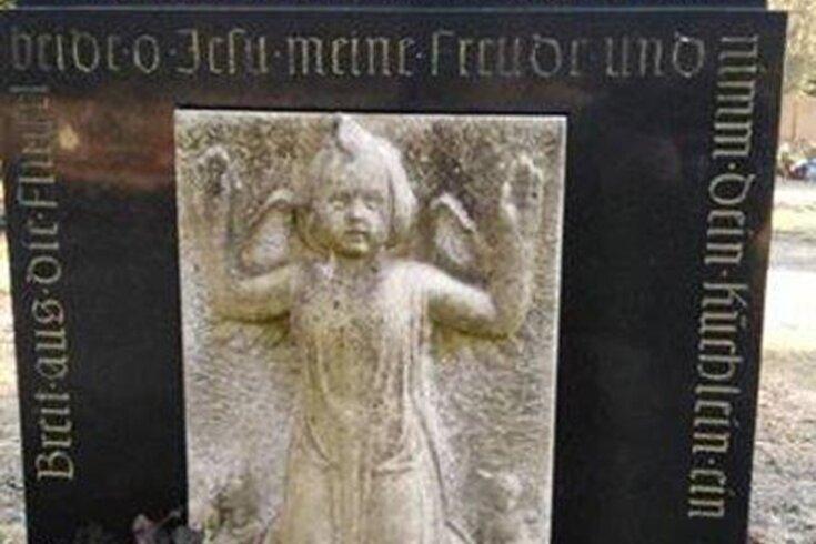 Am 13. August 1950 wurde die kleine Heidi in Meerane ermordet. Daran soll auch künftig mit diesem Grabstein erinnert werden.