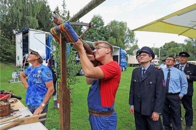 Kamerad Clemens Löser nimmt sich Zeit für seinen Schuss beim traditionellen Vogelschießen der Freiwilligen Feuerwehr Oberbobritzsch.