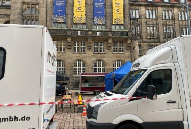 Im Chemnitzer Rathaus war am Freitag Drehstart für den neuen Erzgebirgskrimi. Fahrzeuge der Produktionsfirma wiesen darauf hin.