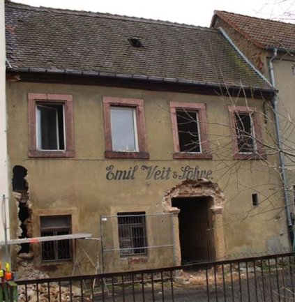 Seit mehreren Jahren gammelt das leer stehende Gebäude Mühlgraben 5 vor sich hin. Ein Zustand, der vor allem Anlieger verärgert. Jetzt endlich darf die Wohnhausbrache abgerissen werden.