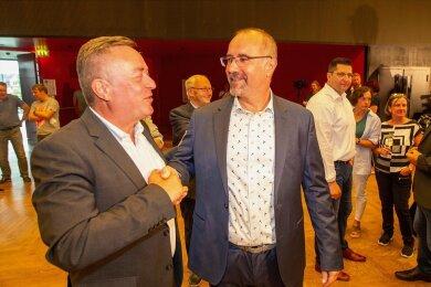 Amtsinhaber Ralf Oberdorfer (links) gratulierte seinem Nachfolger Steffen Zenner.