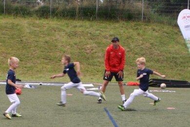 Für die jüngsten Kicker standen beim Fußballcamp von RB Leipzig in Neukirchen unter anderem Laufübungen auf dem Programm.