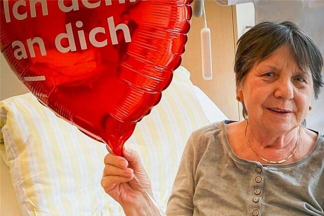 Patientin Heidi Brunner freute sich sehr über den überraschenden Valentinstagsgruß.