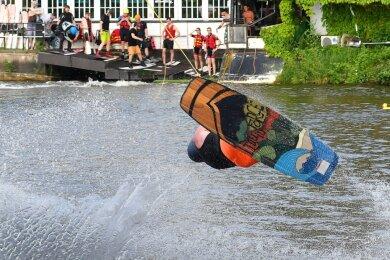 Für die Wakeboarder auf der Wasserskianlage in Rossau ist das Wasser die Grundlage für ihren spektakulären Sport - und gleichzeitig herrlich erfrischend.