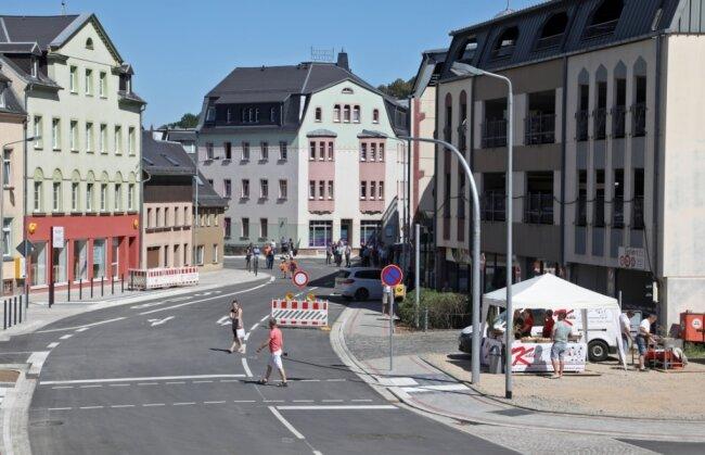 Auch diese Barriere ist mittlerweile entfernt. Vom Kreisverkehr bis zum Parkhaus/Lößnitzer Straße kann die S 255 wieder befahren werden. Die Haltestellen und der Bereich an der Sparkasse sind barrierefrei begehbar.