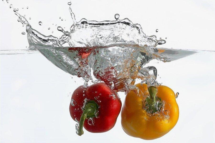 Gemüse waschen und konsequent auf den Speiseplan setzen: Wem so eine ausgewogene Ernährung und Gewichtsreduzierung gelingt, kann laut einer Studie Sodbrennen begegnen.