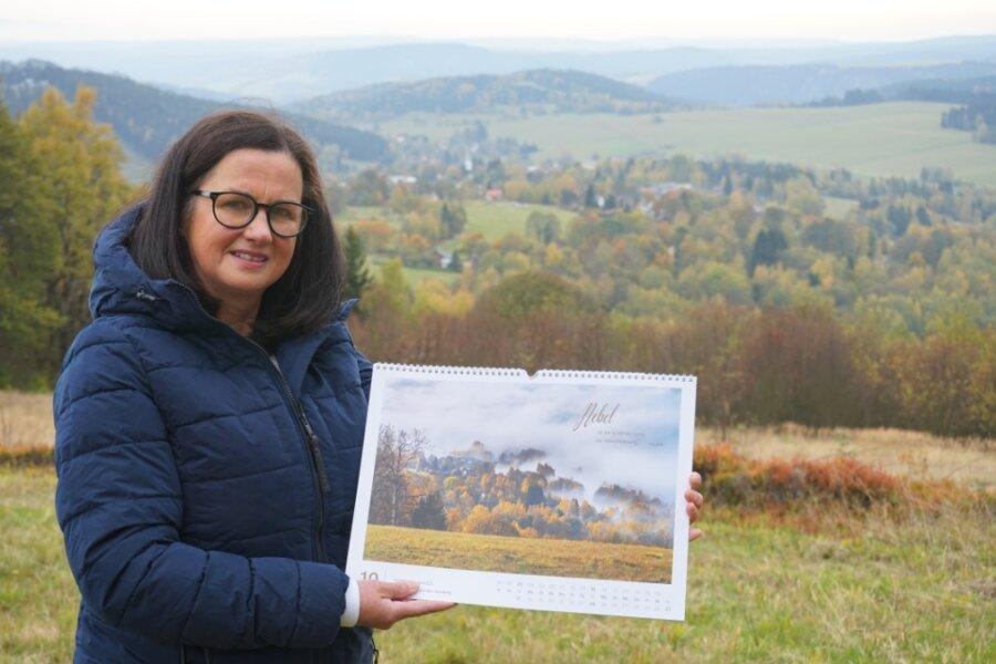Andrea Zettl am Aschberg - mit einem Herbstmotiv ihres Kalenders von Schwaderbach/Bublava.