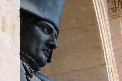 """Napoleon-Statue von Charles-Emile Seurre im Ehrenhof des """"Hôtel des Invalides"""" in Paris. 200 Jahre nach seinem Tod rief Frankreich anlässlich des runden Jahrestages das """"Année Napoléon"""" (""""Napoleonjahr"""") aus."""