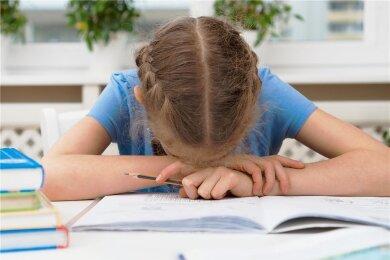Und jetzt auch noch die Hausaufgaben: Stress in der Schule ist eine der Hauptursachen für Kopfschmerzen bei Kindern.