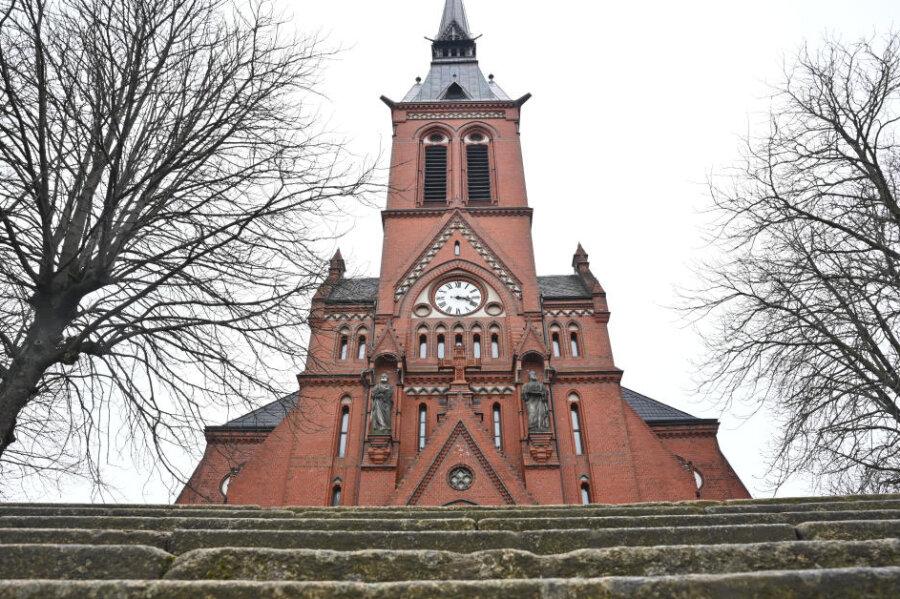 Giebel der St.-Andreas-Kirche: In der Kirchgemeinde in Gablenz soll wegen Corona erst im Oktober Konfirmation gefeiert werden.