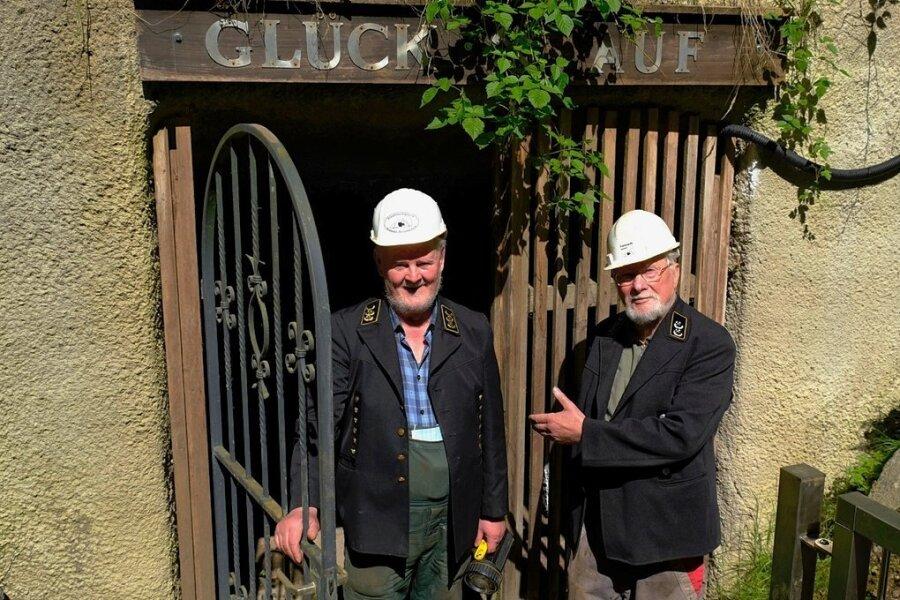 Bruno Jakusch (l.) und Werner Albert laden zum Besuch des Alaunwerks Mühlwand ein. Ab Samstag ist es wieder geöffnet.