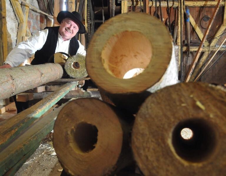 """<p class=""""artikelinhalt"""">Hans-Jürgen Wenzel in seiner historischen Röhrenbohrerei von 1864. Hier fertigt er Holzröhren an, die vor allem für denkmalgeschützte Objekte wieder gebraucht werden.</p>"""