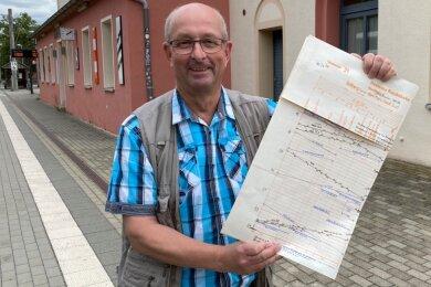 Jürgen Viehweger mit einem Blatt des Jahresfahrplanes von 1987/88 Stollberg-Karl-Marx-Stadt Süd.