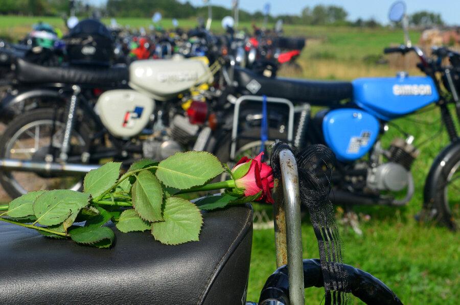 Mit einer Moped-Kolonne haben fast 70 Menschen am Samstag an einen Jugendlichen erinnert. Er war am 3. September tödlich im Hainichener Ortsteil Eulendorf verunglückt.