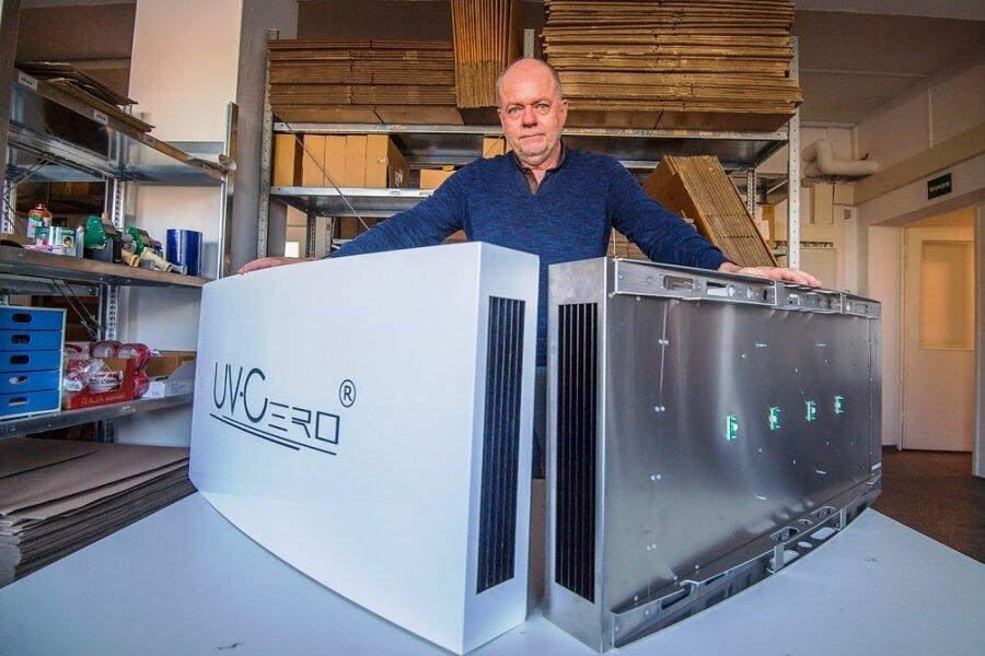 Die Firma Re-Tec-Com aus Neukirchen will sich eine von ihr entwickelte UV-Bestrahlungsanlage patentieren lassen. Geschäftsführer Manfred Hainzinger präsentiert eine UV-Bestrahlungsanlage mit und eine ohne Gehäuse.