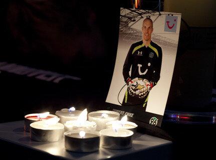 Spieler und Fans trauerten am Mittwoch um den Nationaltorwart Robert Enke.