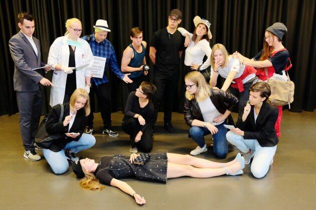 Am Donnerstag lädt das Theaterensemble des Julius-Mosen-Gymnasiums Oelsnitz/V. mit »Lara will absolut nicht sterben …« zur humorvollen Premiere der Tatort-Persiflage ins König Albert Theater Bad Elster ein.