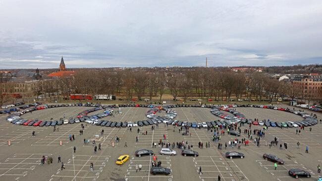Mehr als 270 Autos formten am Samstagnachmittag die vier Audiringe auf dem Platz der Völkerfreundschaft in Zwickau.