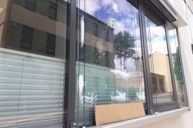 Kaputte Außenansicht: Unbekannte haben ein Fenster am Landratsamt in Plauen demoliert.