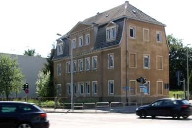 """Statt dieses Hauses an der Ecke Beethoven-/Külzstraße in Freiberg könnte bis 2025 ein Hotel entstehen. Rechts im Bild das """"Tivoli""""."""