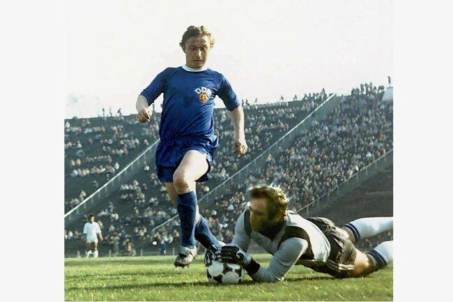DDR-Stürmer Joachim Streich wird in einem im Länderspiel vom griechischen Torhüter Konstantinou gebremst.