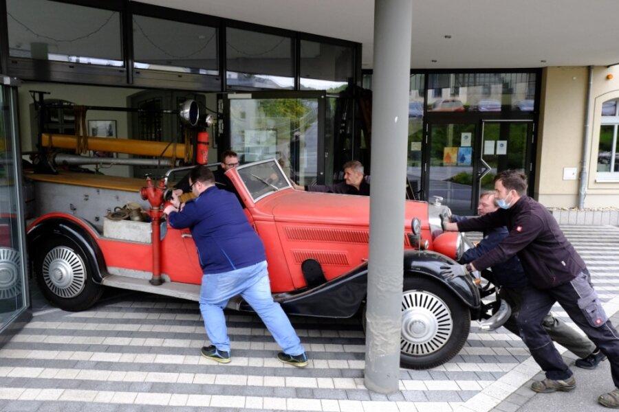 Um den Horch 500 Feuerwehrmannschaftswagen von 1931 in den Ausstellungspavillon der einstigen Horch-Fabrik und heutigen Awo-Zentrale in Reichenbach zu bugsieren, brauchte es Fingerspitzengefühl.