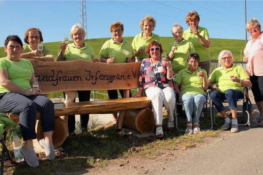 Eine Einladung zum Platz nehmen auf der neuen Bank sprechen die Irfersgrüner Landfrauen allen Spaziergängern aus.