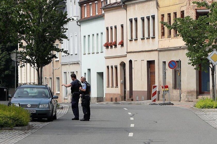 Polizeibeamte waren am Montagabend mit einem Autofahrer auf der Zwickauer Straße im Gespräch.