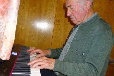 Gottfried Haase beim Komponieren an seinem elektrischen Klavier, das der 95-jährige Großolbersdorfer kurz vor Weihnachten zusammen mit der Ehrenbürgerurkunde von der Gemeinde bekommen hat.