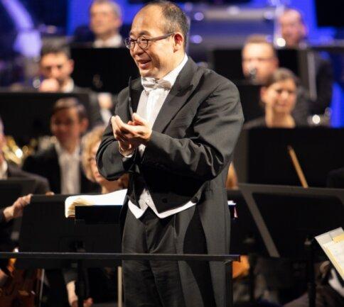 Symbolischer Applaus zum Abschied für seine Musikerinnen und Musiker der Erzgebirgischen Philharmonie Aue. Denn ein Abschiedskonzert wird es für den langjährigen Dirigenten Naoshi Takahashi coronabedingt nicht geben. Am 24. Februar geht es für ihn in seine Heimat Japan.