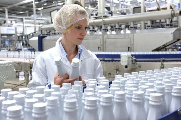 Eine Mitarbeiterin in der Produktionshalle der Kohrener Landmolkerei.