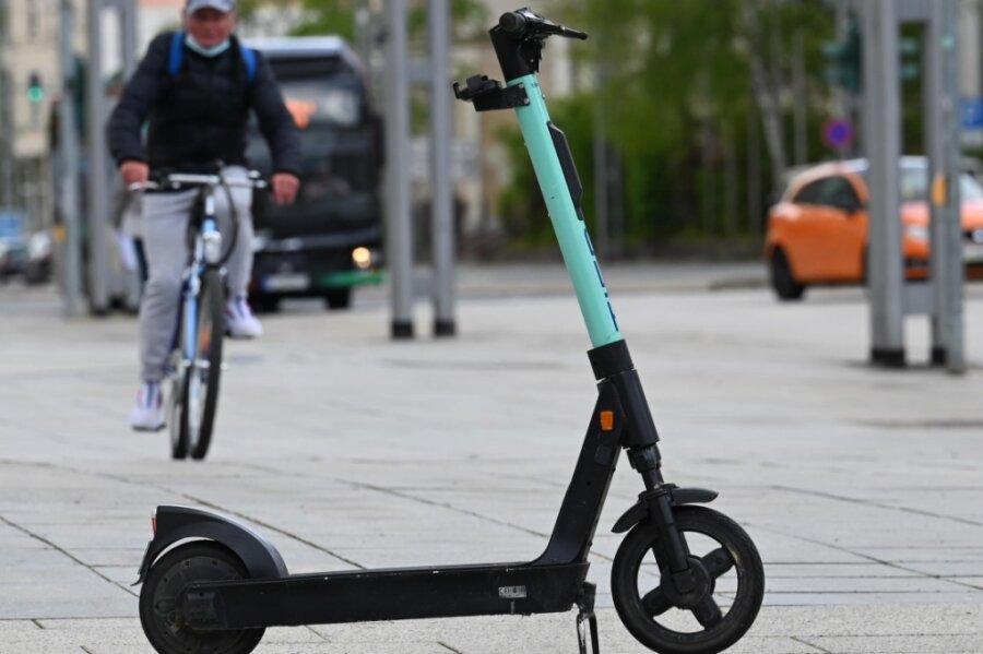 Ein Elektro-Tretroller steht auf dem Fußweg an der Straße der Nationen. Hier ist genügend Platz, ihm auszuweichen. Nicht selten blockieren die Scooter aber Gehwege.