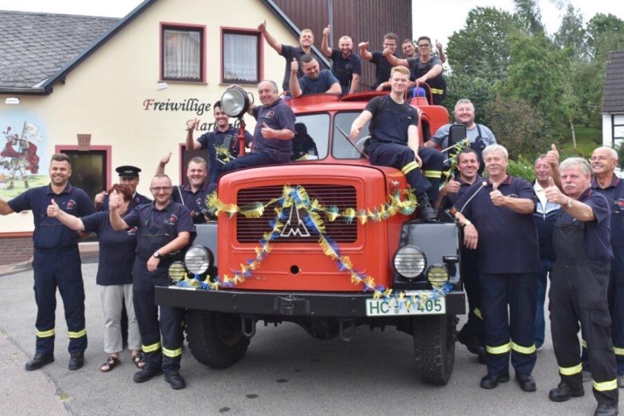 """Mit einem dreifachen """"Gut Wehr!"""" feiern die Marbacher Feuerwehrleute das 55-jährige Dienstjubiläum ihres Löschfahrzeugs Typ Magirus-Deutz TLF 16/24. In diesem Jahr wird die Wehr zudem 110 Jahre alt, auch deshalb wurde der Einsatzwagen geschmückt."""