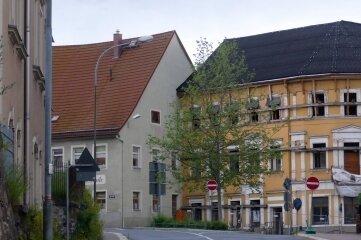 Im Gebäude an der Lange Straße 1 (links) sowie im Stadtcafé (hinten rechts) will der Investor sieben Zweibettzimmer, 15 Vierbettzimmer und acht Sechsbettzimmer unterbringen.