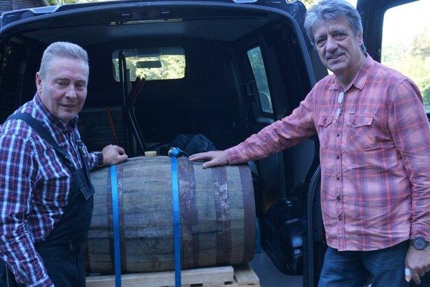 Wolfgang Lückert (links) und Thomas Engler mit dem 100-Liter-Fass Whisky für das Schaubergwerk Grube Tannenberg.