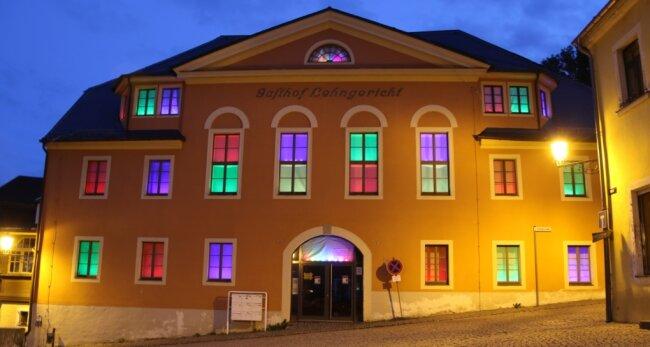 Sobald es dunkel wird, leuchten die Fenster im ehemaligen Lehngericht Augustusburg farbig. Wie lange? Die ganze Nacht hindurch, solange die Leuchtdioden durchhalten.