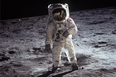 Neil Armstrong betritt als erster Mensch den Mond.